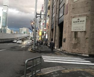 出口を出てそのまま錦通をまっすぐ歩きます。