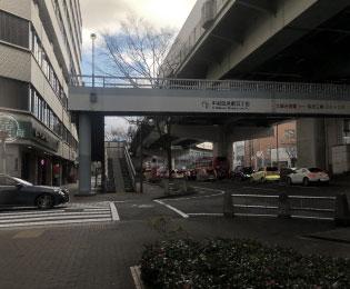 歩道橋も通過します。