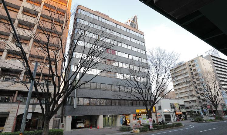 グレーのビルが水野綜合法律事務所のあるネットプラザ柳橋ビルです。事務所は4階になりますのでエレベーターを使ってお越しください。